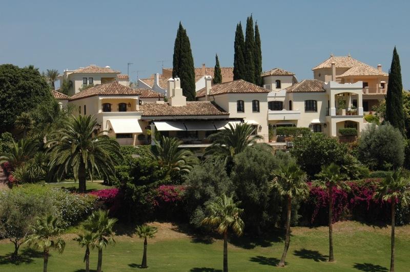 Insändarskribenten anser att Spanien måste ändra sin skattepolitik, om man ska få sålt de omkring en miljon fastigheter som står tomma.