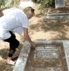 Barbro Sändh har lyckats identifiera 21 svenskar som vilar i Engelska kyrkogården. Flera av dem är förknippade med varandra.