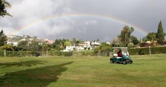 Det både regnade och rådde gassande solsken på El Paraiso Golf 13 februari –samtidigt.