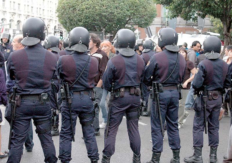 Det presenterade lagförslaget ger polisen utökade befogenheter och allmänheten färre möjligheter att överklaga.