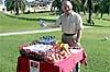 Joe Llewellyn hjälpte till att dela ut förtäring som olika samarbetspartner bjöd på.