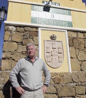 Två styrelsemedlemmar i Urbanisationen Vega del Colorado lovordar den hjälp de fått av byggrådet i Benahavís Åke Olofsson.
