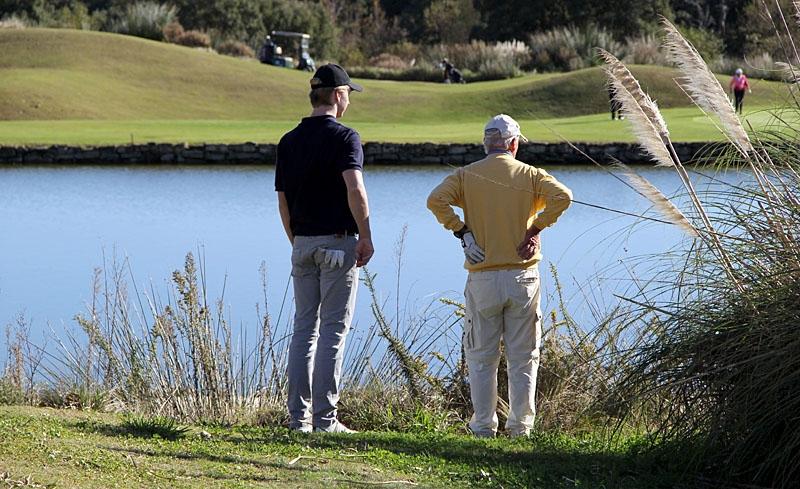 Sam Brodin och Karl-Erik Hjalmarsson njuter av utsikten, eller så letar de efter Kalles boll vid det angränsande hålet.