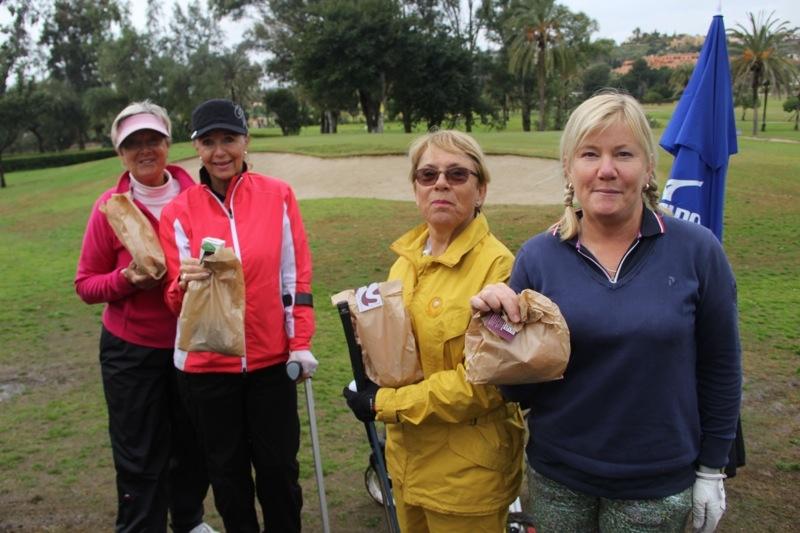 Ulla Lundqvist, Eva Schöllin, Aja Bölander och Helén Forsén med var sin läker matpåse från Dulce & Salado.