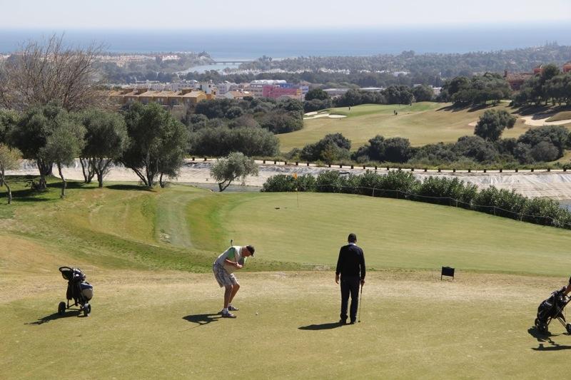 Det blev en vacker och trivsam dag 12 mars på La Cañada Golf. Hemmaspelaren Stig Stieberth chipar på hål 13.