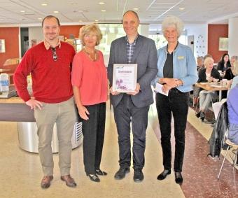 Richard y Mats Björkman de Sydkusten reciben el premio de manos de Inger Asplund y Margareta Kastengren, en representación de SWEA Marbella. Foto: Lotta Lindberg