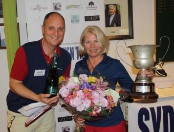 Laima Drazdauskiene vann finalen i A-gruppen och blir den 22:a att få sitt namn graverat i vandringspokalen. Hon gratulerades av Sydkustens Mats Björkman.