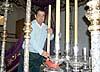 Manuel Továl López ansvarar för att sätta stearinljusen på plats på de två tronerna.
