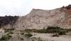 Vandringen startar vid ett gammalt sandtag, med vackra klippor och många olika blommor.