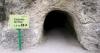 Äventyret börjar med en vandring genom en smal tunnel i berget.