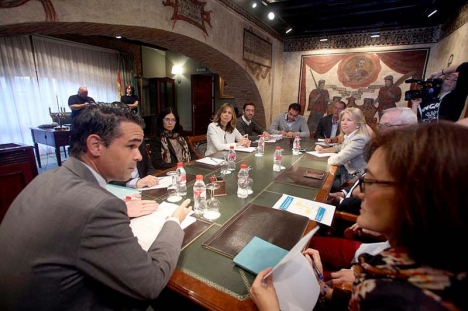 Borgmästaren José Bernal höll 6 november ett krismöte med talesmännen för samtliga partier i fullmäktige, inkluderat Partido Popular. Foto: Ayto de Fuengirola