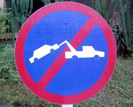 I dagsläget kan denna skylt i Marbella tolkas som att det inte bortbogseras.