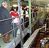 En rundtur i fabriken tar cirka en timme och ger en inblick i tillverkningsprocessen.