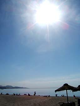 Härligt, härligt, men farligt, farligt. Sola sakta, se till att du inte bränner dig. Tänk på att ju mer sol du utsätter din hud för, desto större risk för hudskador.