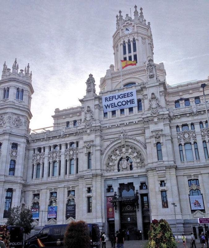 Madrids kommun annonserar att flyktingar är välkomna, men få släpps igenom i EU:s byråkratiska nätverk.