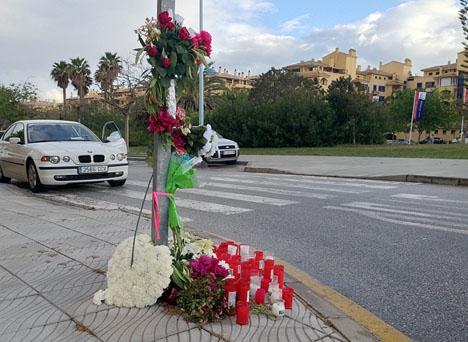 Blommor och ljus vid övergångsstället där en 40-årig trebarnsmor dödades 9 maj.