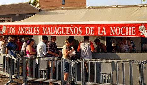 Behövande köar för mat vid en soppkök i Málaga.