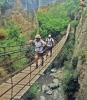Den längsta hängbron är 63 meter lång och byggdes för nära hundra år sedan. Från den ser man flera vattenfall.