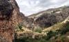 Stigen leder till en vacker dal, omgärdad av höga berg. En perfekt plats att duka upp en picknick på.
