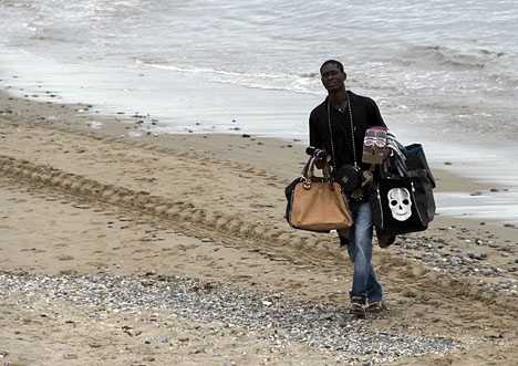 Strandförsäljning har blivit en riskfylld verksamhet i Marbella.
