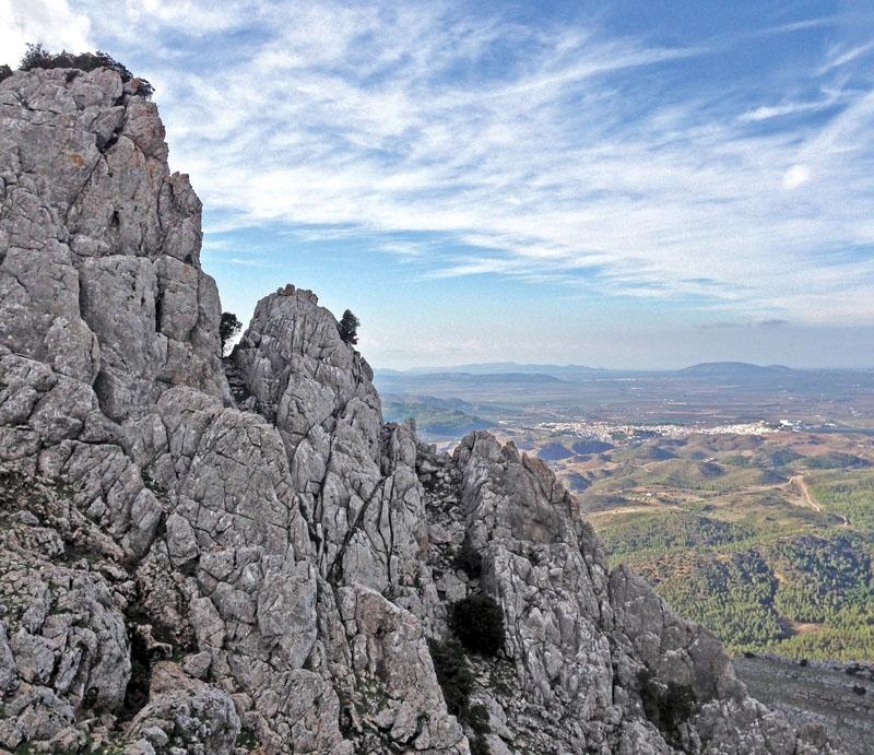 De tre fornlämningarna i Antequera från neolitisk tid samt bronsåldern samspelar med den unika omgivningen, bestående av bland annat bergsmassivet El Torcal, från vilket bilden är tagen.