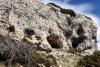 Klippformationerna inkluderar naturliga grottor i berget. Här dominerar granitsten och skiffer.