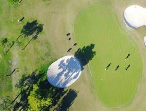 Richard Björkman styr Sydkustens drone av senaste modell, som tar spektakulära flygbilder på golfbanan.
