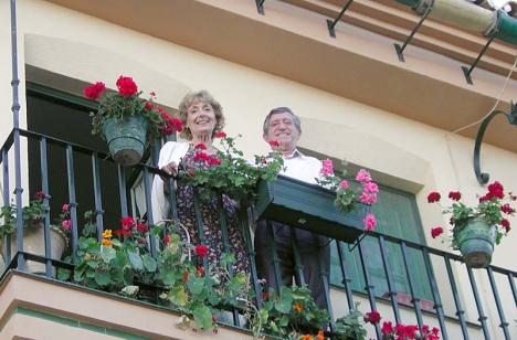 Juan har återvänt med sin hustru till sitt barndomskvarter, vid San Miguel-kyrkan.