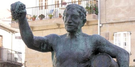 I Galicien finns inte mindre än 20 000 odlingar av Albariño och i staden Cambados finns en staty tillägnad odlarna av denna tuffa, men eleganta druva. Foto: Luis Miguel Bugallo Sánchez/Wikimedia Commons