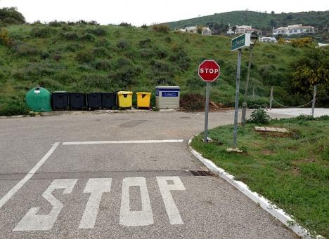 Tydligt markerad stopplikt i en vänsterkurva (vägen till höger är avstängd) där det varken finns korsande eller mötande trafik (övre Calahonda - Mijas-Costa).