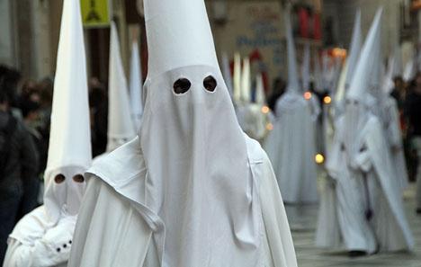 Nazarenos kallas de som tågar med processionståget och liksom detta brödraskap från Málaga har AHN valt traditionella vita dräkter.