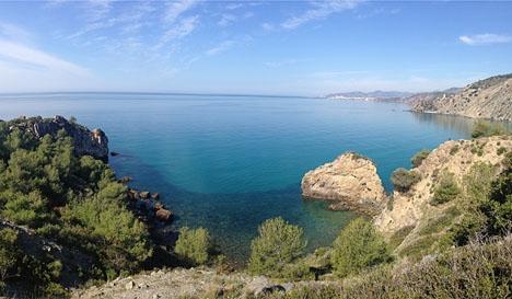 De vackra naturskyddade stränderna i Maro kontrasterar med utsläppet av orenat avloppsvatten i Nerja.