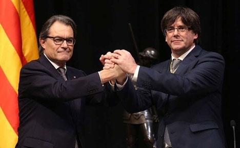 Artur Mas, till vänster, med sin efterträdare som regionalpresident Carles Puigdemont.
