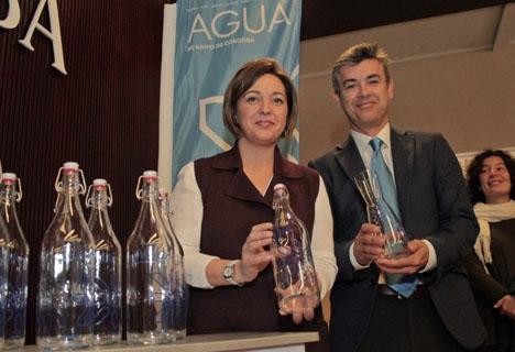 Córdoba lanserar redan särskilda glasflaskor för att förvara kranvatten i kylskåpet. Foto: emacsa.es