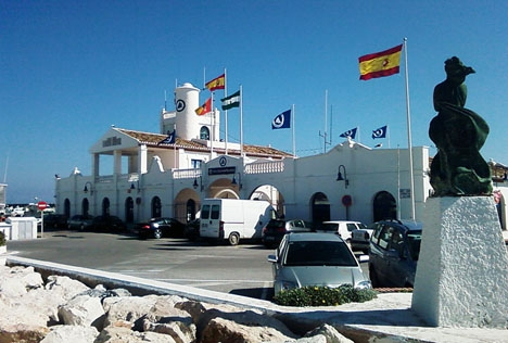 Olyckan inträffade vid infarten till fritidshamnen Puerto Marina. Foto: Miwipedia/Wikimedia Commons