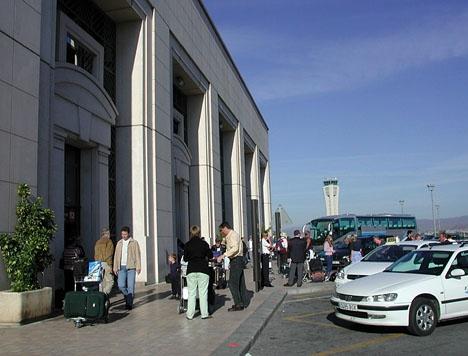 Sedelbunten bytte händer utanför Terminal 2 på Málaga flygplats.
