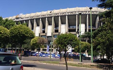 De manliga eleverna får besöka Real Madrids hemmaarena medan flickorna lär sig att sy och virka.
