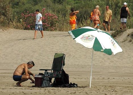Den som håller en plats på stranden utan att själv vara närvarande ska riskera 30 euro i böter.
