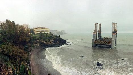 Plattformen ligger strandad utanför nakenviken Benalnatura.