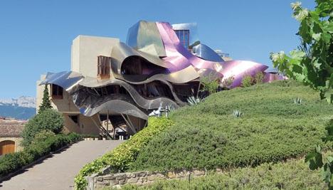 Marqués de Riscal tvingades i slutet på 80-talet byta ut alla sina ekfat, men har återuppstått med den äran. Ciudad del Vino invigdes 2006 och deras Marqués de Riscal Frank Gehry Selection har fått 100 poäng av 100 möjliga av Robert Parker. Foto: Gotanero/Wikimedia Commons