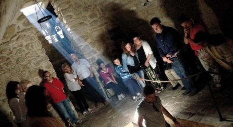 Sinagoga del Agua anordnar vetenskapliga och spirituella sammankomster vid midsommar. Antalet platser är starkt begränsat.