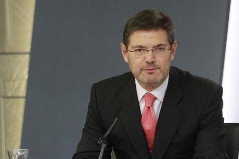 En bred majoritet av riksparlamentet kräver att Catalá avsätts, men Rajoy behåller sin justitieminister.