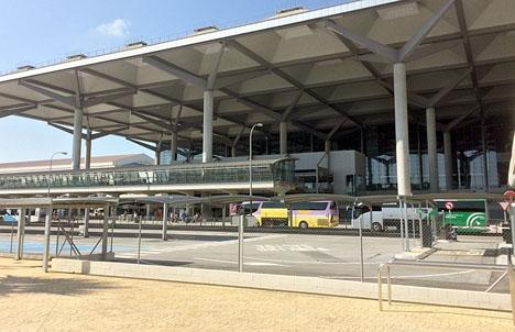 Både privatbilar och biluthyrningsfirmor leds numera in i parkeringshuset vid Terminal 3 och köerna är långa.