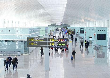 Köerna vid de skärpta passkontrollerna i Barcelonas flygplats El Prat har gjort att passagerare missat sina flyg. Foto: Pop9000/Wikimedia Commons