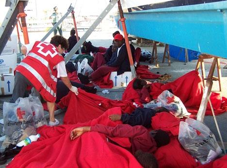 Frivilliga från spanska Röda korset är de första att hjälpa flyktingarna när de anländer till kusten. Foto: Cruz Roja Barbate