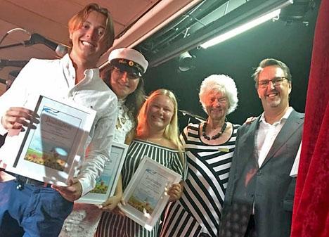 Vinnarna i uppsatstävlingen med Margareta Broman och Per Hvid-Hansen. Foto. SWEA Marbella