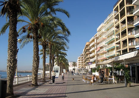 Säsongsekonomi och omfattande svart marknad gör att den officiella medelinkomsten i turistorter som Torrevieja är särskilt låg.