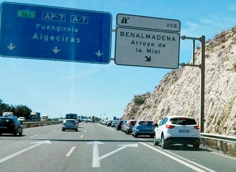 Varje dag vid rusningstid bildas farliga köer vid avfarten till Arroyo de la Miel.