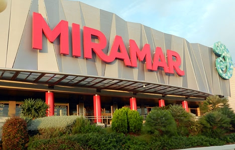 Köpcentret Miramar ligger vid Fuengirolaån, mittemot Castillo Sohail.
