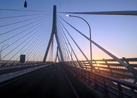 Cádiz stoltserar med en av Spaniens nyaste och mäktigaste broar, men har några av Spaniens mest skuldsatta kommuner.